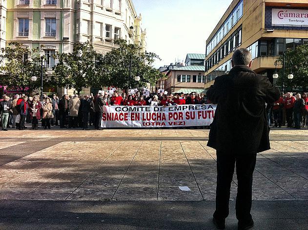 Trabajadores de Sniace se concentran frente al Ayuntamiento