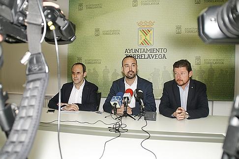 El concejal de Deportes se emociona al decir adiós al asesor deportivo Alberto Manuz