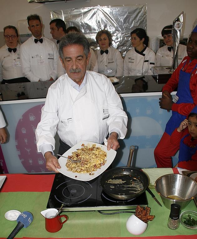 Miguel Ángel Revilla, con las manos en la masa en el Aula de Cocina de Barreda