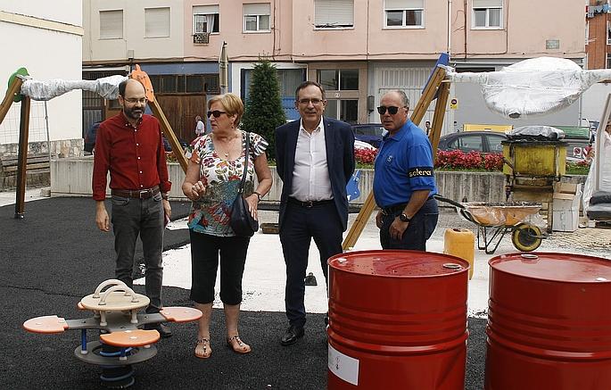 El alcalde visita las obras del parque infantil de la calle Pancho Cossío