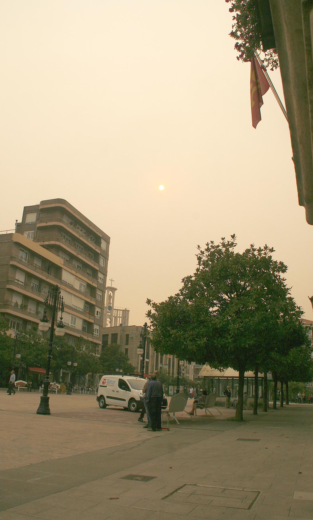 El humo de los incendios de Galicia y Asturias llega hasta Torrelavega