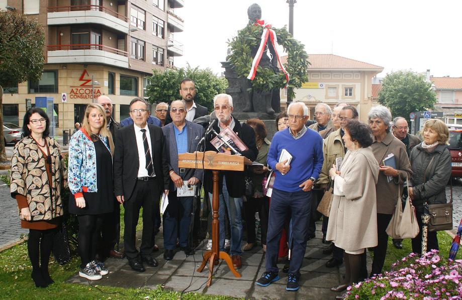 Homenaje a Manuel Bartolomé y Serafín Fernández durante la tradicional lectura ante la estatua de Cervantes