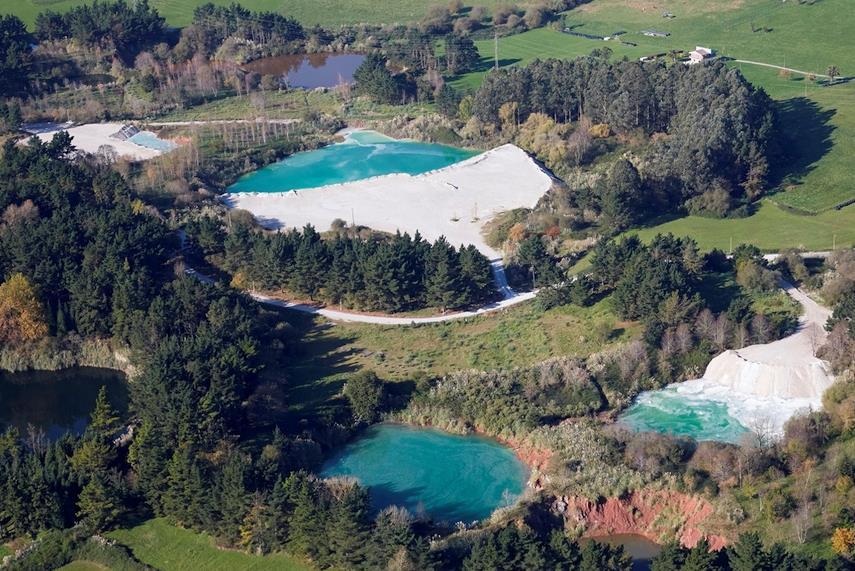 Fotografía de los trabajos de relleno de los cráteres de Solvay entre Polanco y Posadillo