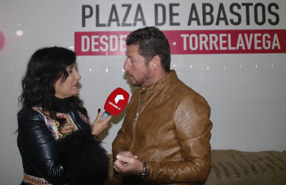 Asunción Gutiérrez entrevista al concejal Jesús Sánchez para Cantabria TV (antes Vegavisión) - El Faro de la Vega llena la Plaza de Abastos con música, alimentación y buen ambiente