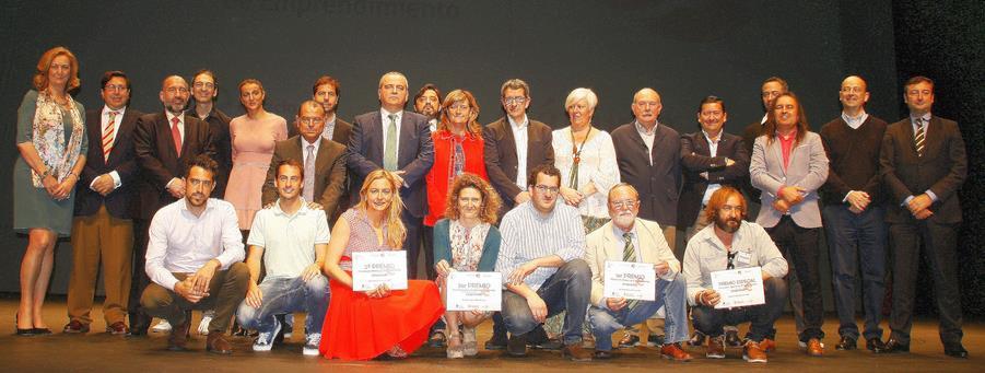 Foto de familia de ganadores y jurado del I Certamen de Emprendimiento celebrado en abril en el TMCE de Torrelavega - Los ganadores del I Certamen de Emprendimiento todavía no han recibido el dinero de sus premios