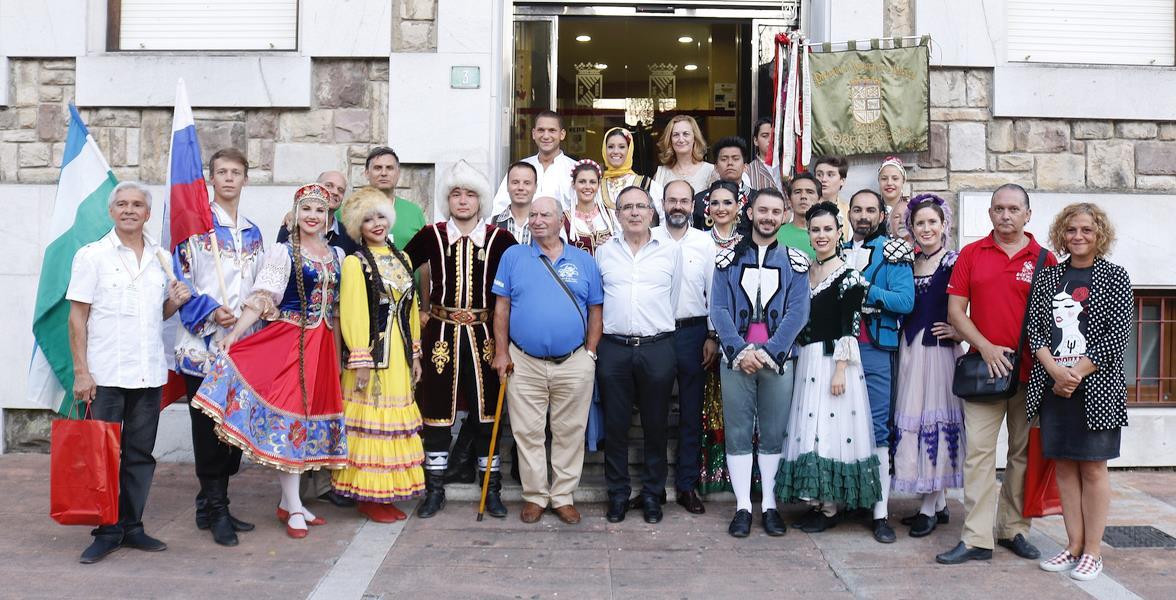 Cruz Viadero recibió a las agrupaciones participantes en la Muestra Internacional de Folclore