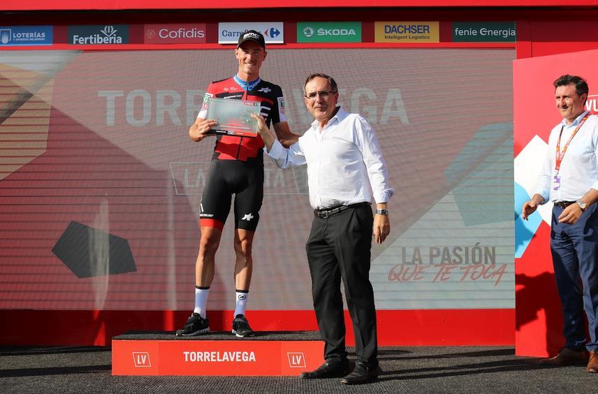 El alcalde de Torrelavega José Manuel Cruz Viadero entrega el premio al vencedor de la etapa, Ron Dennis.