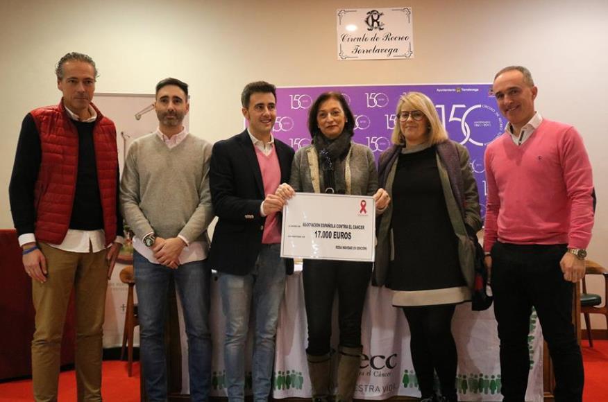Rosa Navidad entrega 17.000 euros a la Asociación Española contra el Cáncer