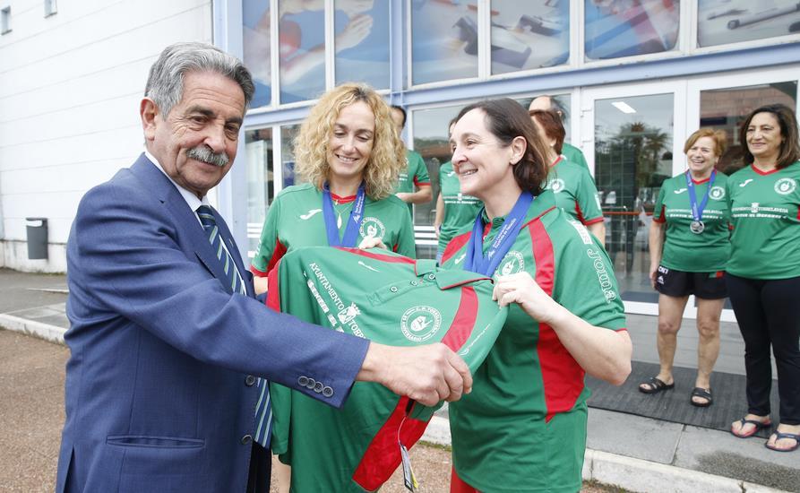 Revilla felicita a la división máster del Club Natación de Torrelavega por sus logros en el Campeonato de España