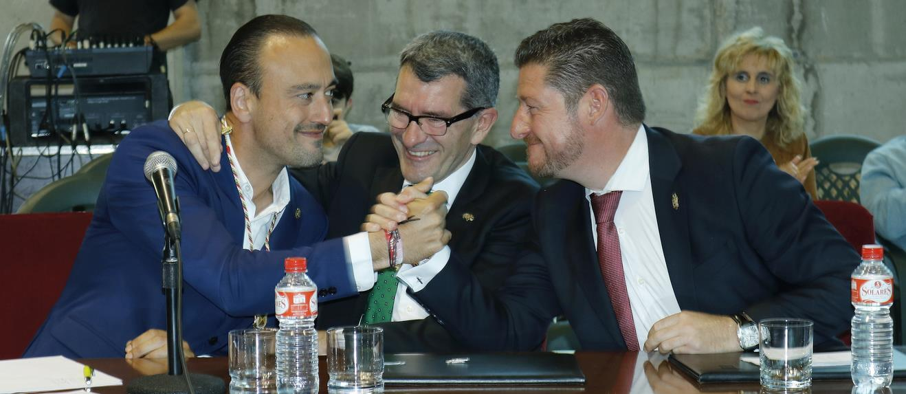 Javier López Estrada Alcalde recibe la felicitación de Pedro Pérez Noriega y Jesús Sánchez (FOTO: (C) ESTORRELAVEGA / DAVID LAGUILLO, 15 de junio de 2019