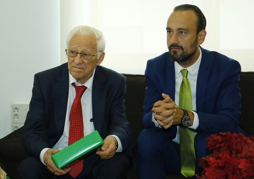 """El Alcalde Javier López Estrada recibe al Padre Ángel, que presentó en Torrelavega su libro """"Un mundo mejor es posible"""""""